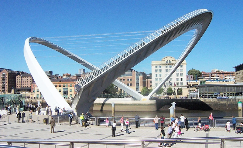 Gateshead_millennium_bridge_open